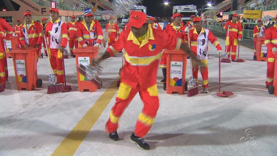 Equipe de limpeza da avenida não perderam o ritmo (Foto: Amazônia TV)