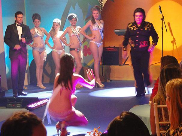 Bob Falcão (Sandro Christopher) corre para levantar Belezinha (Bruna Marquezine), em Aquele Beijo (Foto: Divulgação/TV Globo)