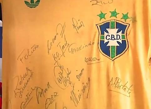 Camisa da seleção canarinho autografada (Foto: Globo Esporte AM)