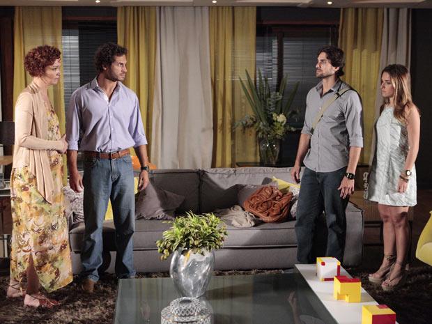 Beto Junior consegue entrevista exclusiva com Esther (Foto: TV Globo / Fina Estampa)