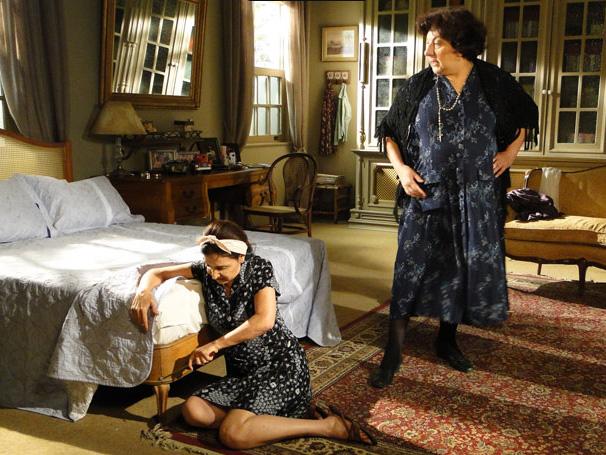 Salomé (Jandira Martini) obriga Cleonice (Vera Mancini) a tirar todos os parafusos da cama (Foto: Divulgação/TV Globo)