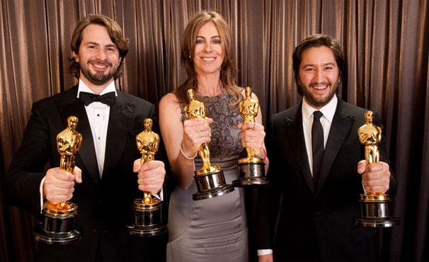 Kathyrn Bigelow segura a estatueta de melhor direção (Foto: Reprodução/ Academy Awards)