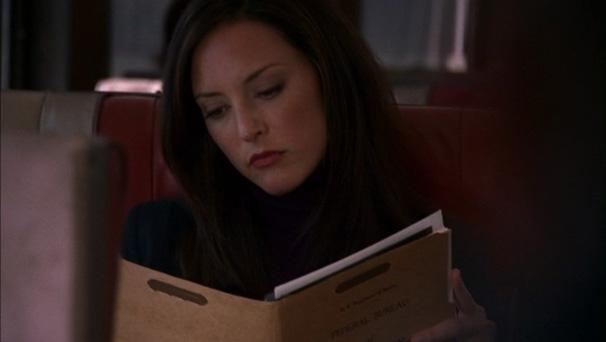 Mentes Criminosas - Elle é vista com pasta do FBI e assusta passageiro esquisofrênico (Foto: Reprodução)
