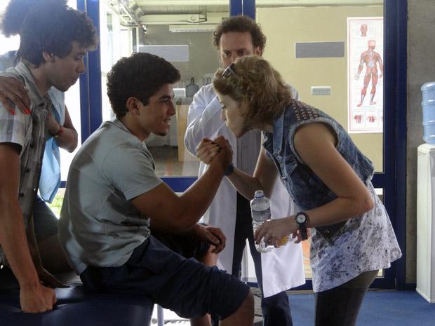 Jefferson deixa todos emocionados ao conseguir mexer o pé na fisioterapia (Foto: Malhação / TV Globo)