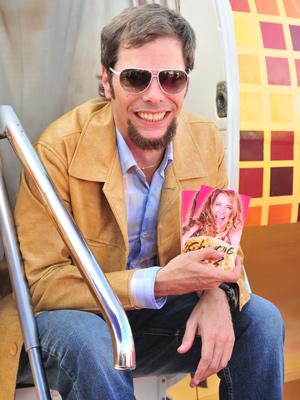 Laércio (Luiz Henrique Nogueira) é um faz tudo da cantora (Foto: João Miguel Jr./ TV Globo)