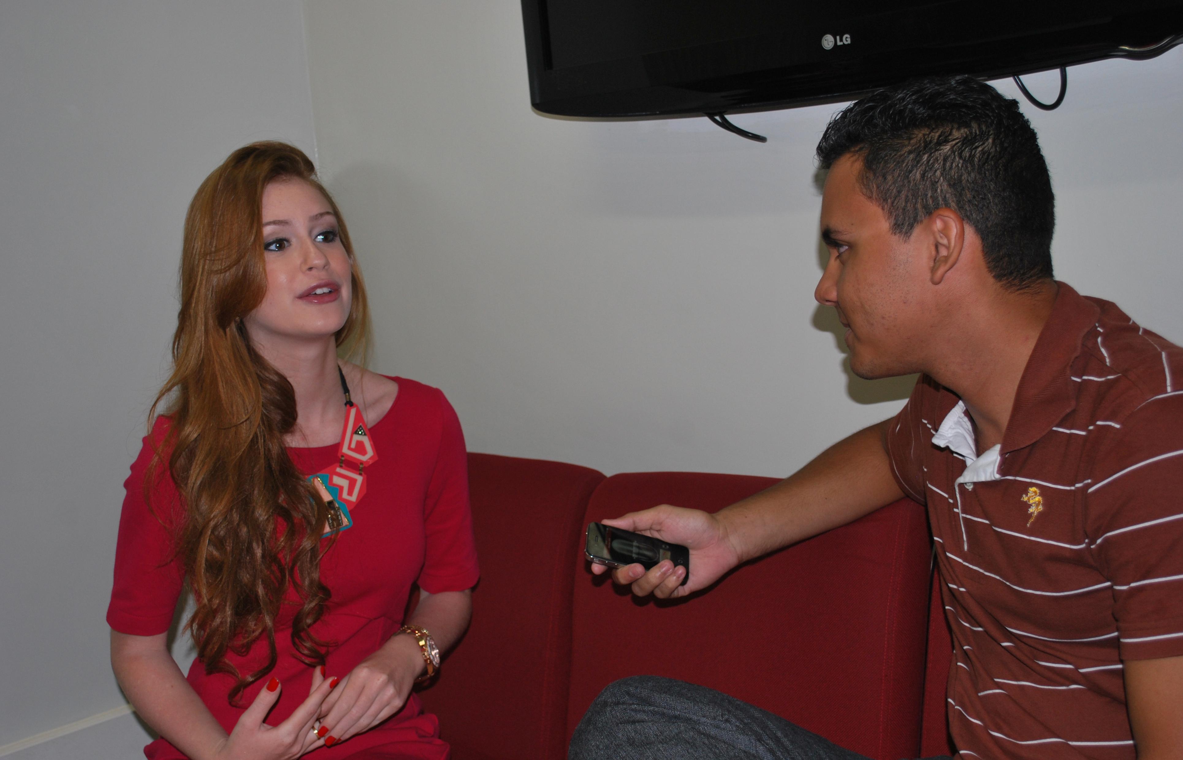 Marina Ruy Barbosa conversa com o repórter Elias Bruno (Foto: Alynne Cardoso)