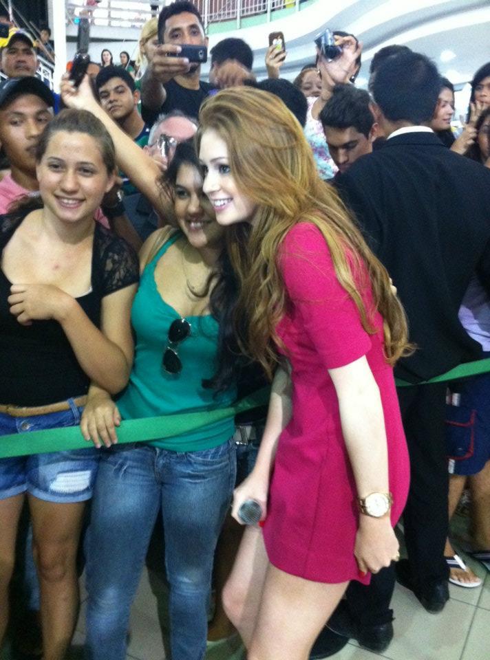 Marina Ruy Barbosa tira foto com fãs (Foto: TV Verdes Mares)