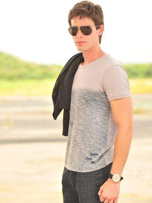 Jonatas Faro posa caracterizado como Conrado Werneck (Foto: João Miguel Jr./ TV Globo)