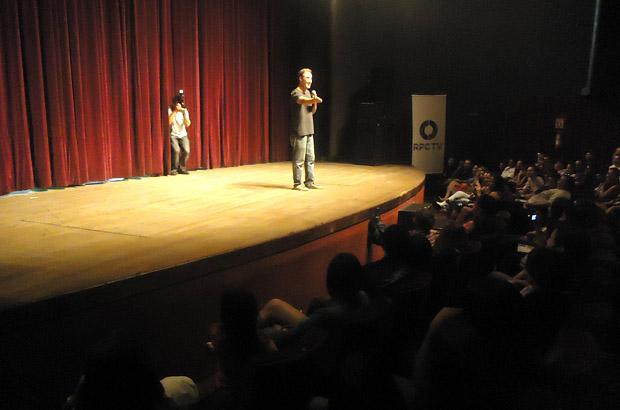Lançamento de Amor Eterno Amor em Curitiba - Diogo Portugal no palco (Foto: Divulgação/RPC TV)