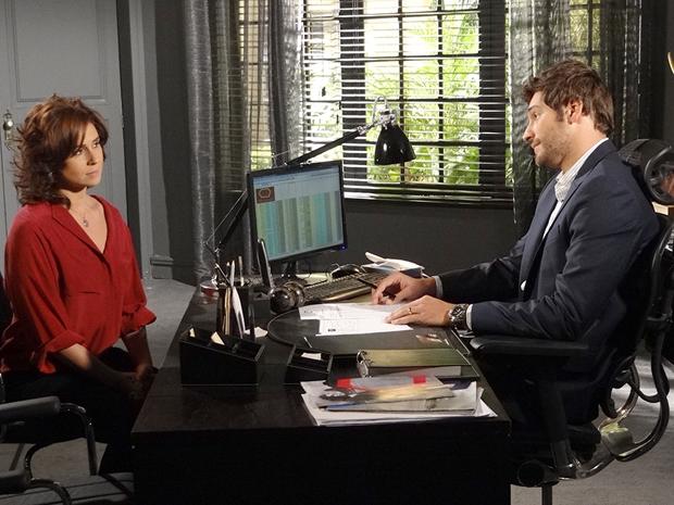 Rubinho mente para Claudia e diz que não armou para separá-la de Vicente (Foto: Aquele Beijo / TV Globo)