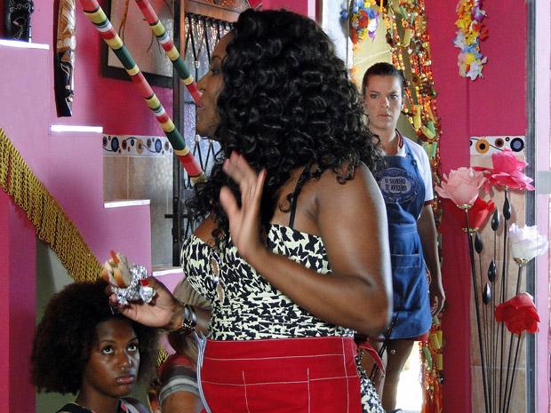 Camila descobre que Bernadete está grávida de Ricardo (Foto: Aquele Beijo / TV Globo)