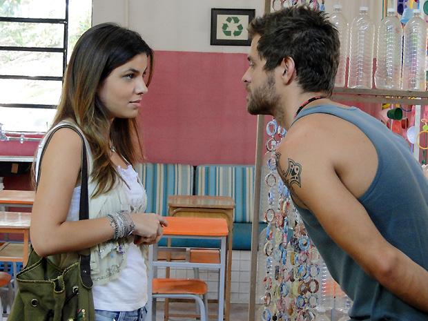 Cristal 'compra' Moisés para conseguir entrevistar foragido na favela (Foto: Malhação / TV Globo)