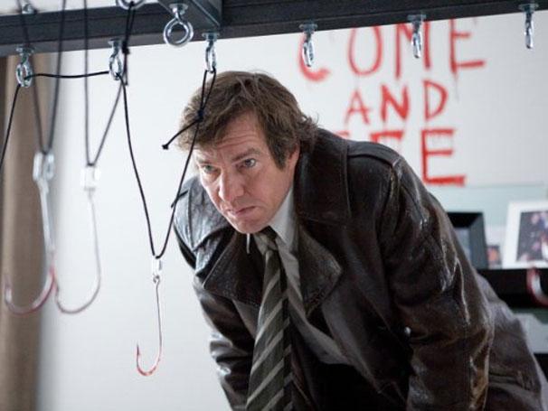 Detetive descobre conexão entre ele e suspeitos de uma série de assassinatos (Foto: Divulgação / Reprodução)