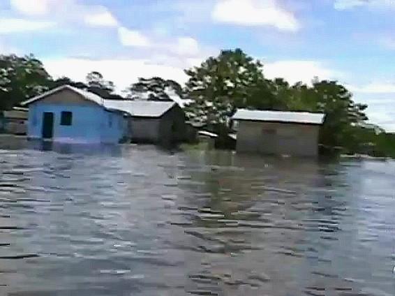 Mais de seiscentas casas atingidas em frente a cidade (Foto: Amazônia TV)