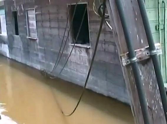 Enchente já atingiu os postes elétricos (Foto: Amazônia TV)