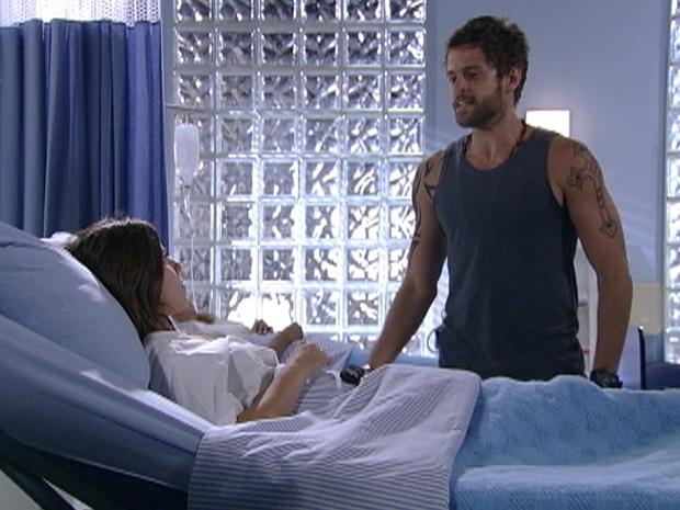 Moisés procura Cristal no hospital e cobra dívida, mas ela tenta escapar  (Foto: Divulgação/TV Globo)