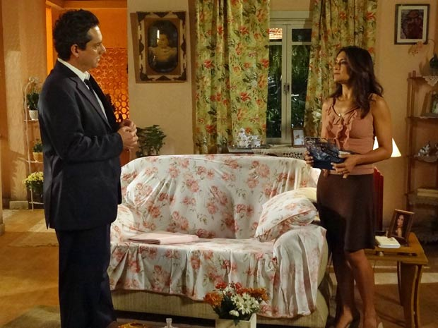 Celeste coloca Baltazar para dormir no sofá (Foto: Divulgação/TV Globo)