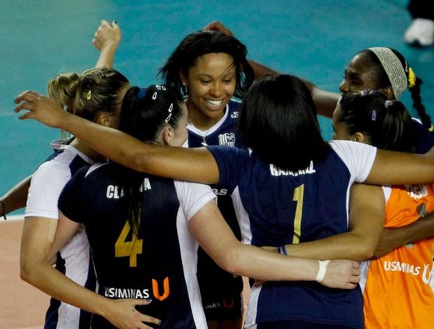 Jogadoras do Minas comemoram vitória contra o Sesi (Foto: Washington Alves / VIPCOMM / Reprodução: Globoesporte.com)