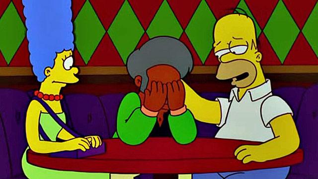 Marge e Homer fazem de tudo para unir Apu e a mulher novamente (Foto: Divulgação/Fox)