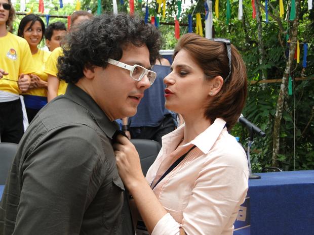 Ex-namorada de Fabiano aparece em coletiva e rouba beijo do diretor  (Foto: Divulgação/TV Globo)