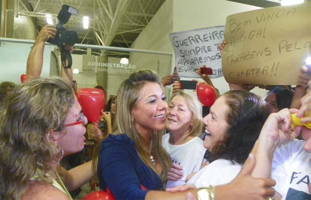 Chegada da ex-BBB Fabiana provoca tumulto no aeroporto de Ribeirão (Foto: Fábio Rezende)