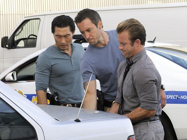 Hawaii Five-0 - Time encontra cabeça dentro de uma caixa em um carro que eles estavam perseguindo (Foto: Divulgação)