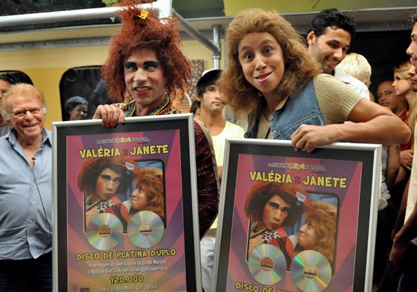 Rodrigo Sant'Anna e Thalita Carauta recebem disco duplo de platina  pelo sucesso do DVD de Valéria e Janete (Foto: João Cotta/TV Globo)