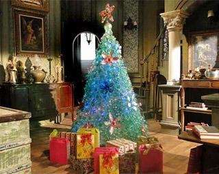 Árvore de Natal do Lar da Mão Aberta foi feita com material reciclável (Foto: TV Globo)