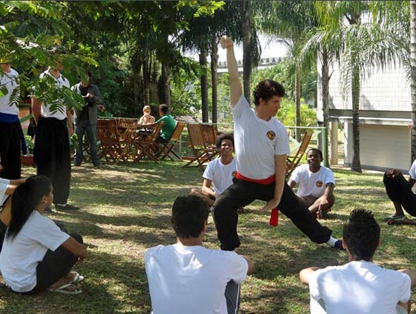 Gabriel dá aula de kung fu para os garotos da Comunidade dos Anjos (Foto: TV Globo)