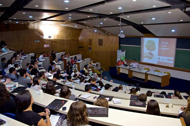 Alunos da PUC-Rio participaram do encontro e lotaram o auditório da universidade (Foto: Renato Velasco)