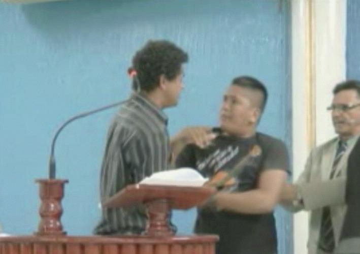 Confusão no plenário foi contida por funcionários da Câmara (Foto: Jornal do Amazonas)