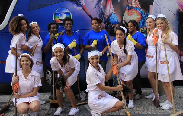 Equipe responsável pela limpeza da cidade e produtoras reunidas em evento de divulgação de Cheias de Charme (Foto: TV Globo / Miriam Paço)