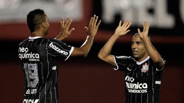 Jogadores comemoram a boa atuação do time nas partidas (Foto: Reuters / Reprodução: Globoesporte.com)
