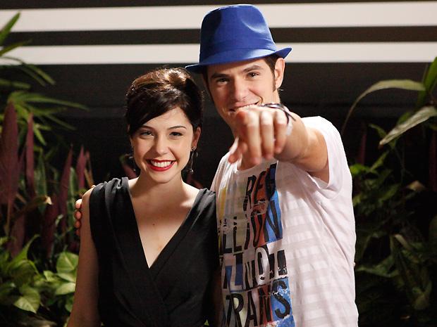 Kiko chega à festa de Bertoni com Alexia e deixa Moisés irritado  (Foto: Divulgação/TV Globo)