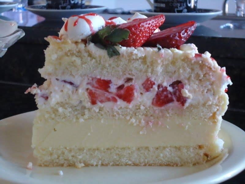 Resultado de imagem para imagem bolos branco  recheados