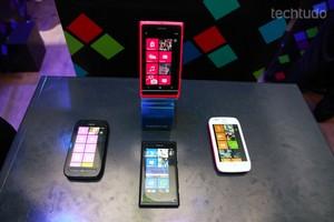 Nokia Lumia 800 (em cima e embaixo), e Lumia 710 (esquerda e direita) (Foto: Reprodução)