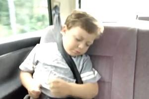Menino virou hit no YouTube ao tocar bateria imaginária dormindo (Foto: Reprodução) (Foto: Menino virou hit no YouTube ao tocar bateria imaginária dormindo (Foto: Reprodução))