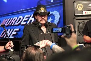 Lemmy Kilmister comentou sobre as vantagens do fone (Foto: Léo Torres)