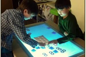 Crianças usam a mesa multitouch Playsurface (Foto: Divulgação)