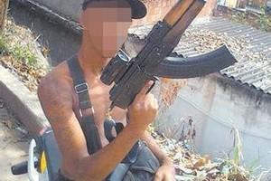 Sem se preocupar com a identidade, traficante exibia armas no Facebook