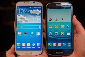 Comparação entre Galaxy S3 e Galaxy S4 (Foto: Reprodução/CNET)