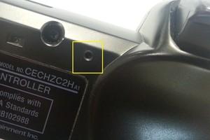 Localização do botão para resetar o DualShock3 (Foto: Allan Melo / TechTudo)