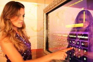 O Miroir Magique permite a interação dos frequentadores com as redes sociais (Foto: Jorge Depens)