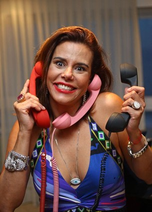 Narcisa e sua coleção colorida de Pop Phones (Foto: Divulgação) (Foto: Narcisa e sua coleção colorida de Pop Phones (Foto: Divulgação))