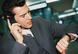 Usar celular para atender pedidos do trabalho na folga pode gerar hora extra (Foto: Reprodução) (Foto: Usar celular para atender pedidos do trabalho na folga pode gerar hora extra (Foto: Reprodução))