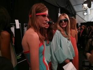 Modelos usaram Google Glasses coloridos no desfile (Foto: Divulgação) (Foto: Modelos usaram Google Glasses coloridos no desfile (Foto: Divulgação))