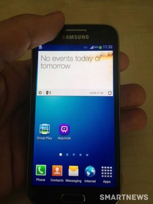 Foto vazada do novo Galaxy S4 Mini mostra ícone de tecnologia eye-tracking no aparelho. (Foto: Reprodução /  Smart News) (Foto: Foto vazada do novo Galaxy S4 Mini mostra ícone de tecnologia eye-tracking no aparelho. (Foto: Reprodução /  Smart News))