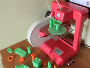 A impressora Cube3D, da Cubify, tem acabamento atraente e preço acessível, comparada às concorrentes (Foto: TechTudo/Renato Bazan) (Foto: A impressora Cube3D, da Cubify, tem acabamento atraente e preço acessível, comparada às concorrentes (Foto: TechTudo/Renato Bazan))