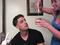 Que tal passar gel no cabelo e só perceber que é cola depois? (Foto: Reprodução/YouTube)