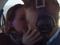 Casal se beija para festejar o noivado no avião (Foto: Reprodução) (Foto: Casal se beija para festejar o noivado no avião (Foto: Reprodução))